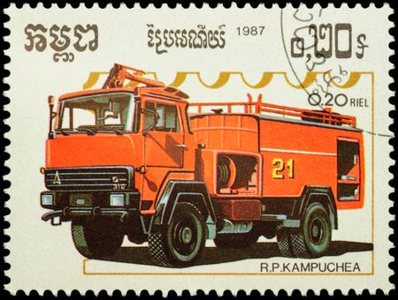"""voiture de pompiers: MOSCOU, RUSSIE - 12 f�vrier 2016: Un timbre imprim� au Cambodge montre moteur de feu, la s�rie """"Fire Engines"""", vers 1987"""