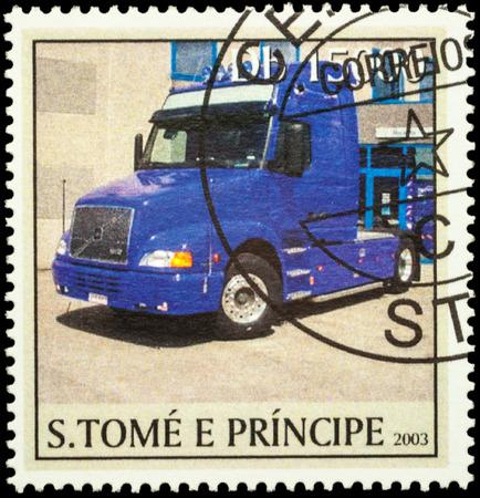 """motor de carro: Moscú, Rusia - 12 de febrero, 2016: Un sello impreso en Santo Tomé y Príncipe muestra gran camión en la carretera, la serie """"Camiones"""", alrededor del año 2003"""