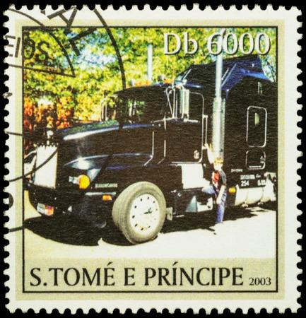 """motor de carro: Moscú, Rusia - 12 de febrero, 2016: Un sello impreso en Santo Tomé y Príncipe muestra gran camión negro en la carretera, la serie """"Camiones"""", alrededor del año 2003"""