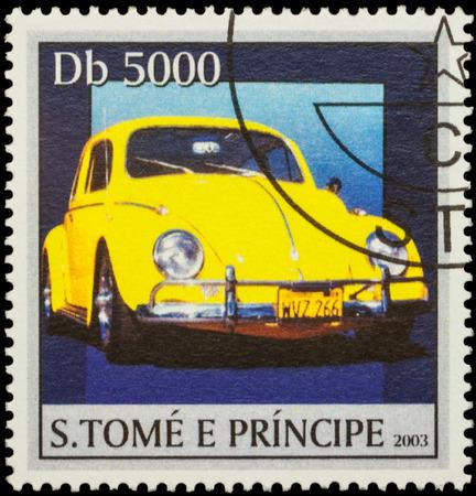 """escarabajo: Moscú, Rusia - 17 de febrero, 2016: Un sello impreso en Santo Tomé y Príncipe muestra amarilla coche retro Volkswagen escarabajo, de la serie """"Classic Cars"""", alrededor del año 2003 Editorial"""