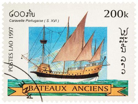 """caravelle: MOSCOU, RUSSIE - 18 novembre 2016: Un timbre imprimé au Laos montre ancienne caravelle portugaise (16ème siècle), la série «Navires de voile"""", circa 1997"""