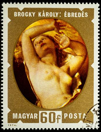 """Moskau, Russland - 28. August 2017: Eine in Ungarn gedruckte Briefmarke zeigt das Malen """"Awakening"""" von Karoly Brocky, die Serie """"Paintings of Nudes"""", circa 1974 Standard-Bild - 85300154"""