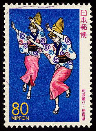 """모스크바, 러시아 - 2018 년 1 월 31 일 : 일본에서 인쇄하는 스탬프 두 일본 춤 여성, 아와 오도리 댄서, 시리즈 """"현 스탬프 - 도쿠시마"""", 2000 년경 에디토리얼"""