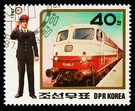 """Mosca, Russia - 16 febbraio 2018: Un timbro stampato in RPDC (Corea del Nord), mostra Express Train e controllore del traffico, serie """"Uniforms of railway staff"""", circa 1987"""