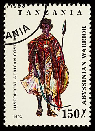 モスクワ、ロシア - 2018年2月26日:タンザニアで印刷された切手は、伝統的な服を着たアフリカ人男性、アビシンの戦士、シリーズ「歴史的なアフリカ
