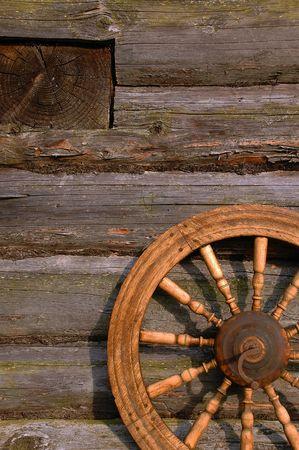 humanism: Rueca de la pared de la choza de madera vieja en el pueblo de Rusia. Foto de archivo
