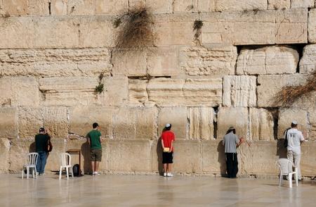 kippah: Jerusal�n, ISRAEL - el 10 de noviembre: Adoradores jud�os est�n rezando en el muro de las lamentaciones el 10 de noviembre de 2010 en Jerusal�n, Israel