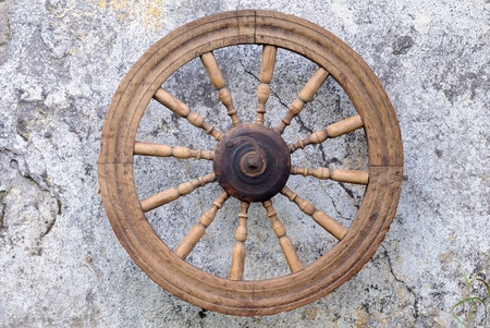 Vintage spinning wheel against the background of the shabby wall Stock Photo - 10702499