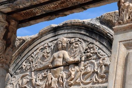 hadrian: Fragmento del Templo de Adriano en la antigua ciudad de �feso en Turqu�a