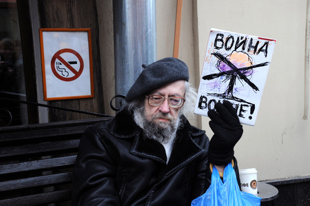 backlash: MOSCOW, RUSSIA – MARCH 15, 2014: Old man protest holding No War sign during Moscow peace rally against Crimean referendum and further occupation of the peninsula.