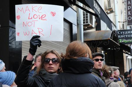 hacer el amor: Mosc�, Rusia 15 de marzo 2014: no identificados protestas ni�a de la celebraci�n signo Haga guerra del amor no en Mosc� manifestaci�n por la paz en contra del refer�ndum de Crimea y posterior ocupaci�n de la pen�nsula