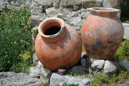 anforas: Ánforas antigua en la ciudad de Nesebar en Bulgaria Foto de archivo