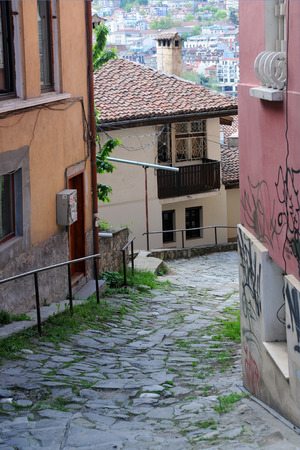 tarnovo: VELIKO TARNOVO, BULGARIA - APRIL 21, 2014: Narrow medieval street and view of the town