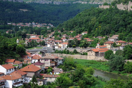 yantra: VELIKO TARNOVO, BULGARIA - JUNE 26, 2016: Residential area of Veliko Tarnovo, Tsarevets fortress wall and the Yantra river