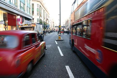 contaminacion acustica: Negro cabina y el entrenador que pasa en la calle Londres