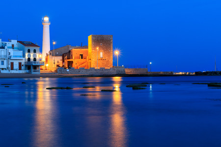 Nacht in Punta Secca Beach met de vuurtoren en de uitkijktoren, Torre Scalambri in Santa Croce Camerina, Sicilië, Italië