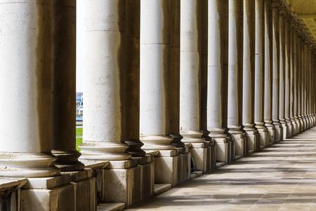 Columnata y sombras en el Old Royal Naval College, Universidad de Greenwich, Londres.
