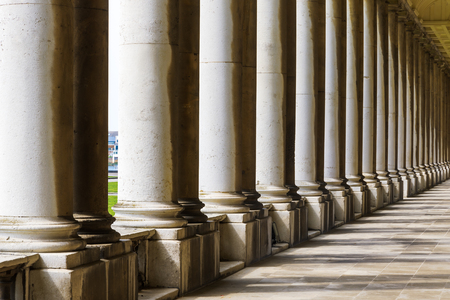 Colonnade en schaduw in Old Royal Naval College, University of Greenwich, Londen. Redactioneel