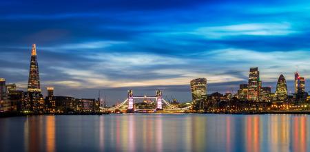 Panoramisch uitzicht op verlichte Londen stadsbeeld bij zonsondergang Stockfoto