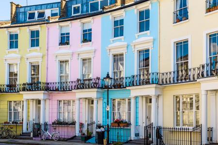 Kleurrijke Engels rijtjeshuizen in Primrose Hill, Londen, UK