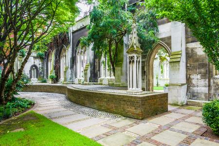 St. Dunstan-in-the-Oosten, een kerk werd grotendeels verwoest in de Tweede Wereldoorlog en de ruïnes zijn nu een openbare tuin in Londen Stockfoto