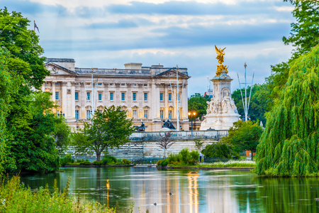 Buckingham Palace seen from St. James Park in London Редакционное