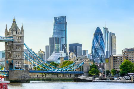Puente de la torre y el distrito financiero de Londres con un cielo sin nubes al atardecer Foto de archivo