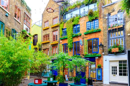 Londen, Verenigd Koninkrijk - 2 augustus 2016 - Neal's Yard, een klein steegje in Covent Garden area Redactioneel