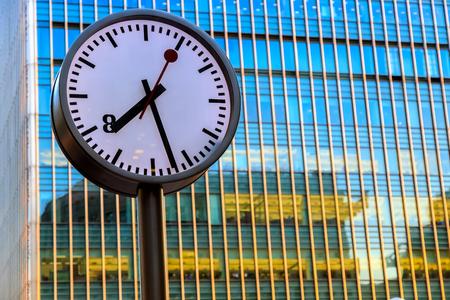 puntualidad: Reloj público en Canary Wharf, el distrito financiero de Londres