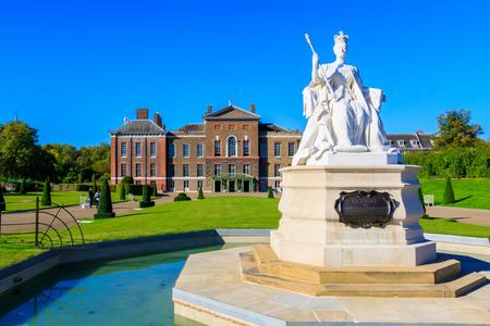 Queen Victoria statue and Kensington Palace in London Sajtókép