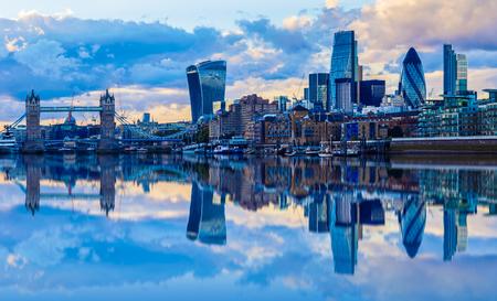 Paysage urbain de Londres et son reflet de la Tamise au coucher du soleil Banque d'images