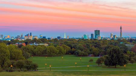 Cityscape van Londen van Sleutelbloemheuvel bij zonsondergang wordt gezien die Stockfoto