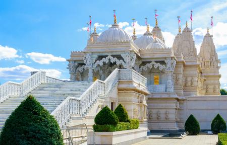 Buitenkant van de Hindoese tempel, BAPS Shri Swaminarayan Mandir, in Neasden, Londen