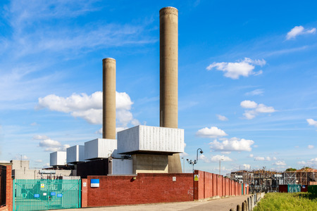 turbina de vapor: Taylors Lane Power Station, an open cycle gas turbine station, in London