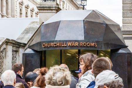 Londen, Verenigd Koninkrijk - 19 oktober 2016 - Toeristen rij om te komen in Churchill War Rooms