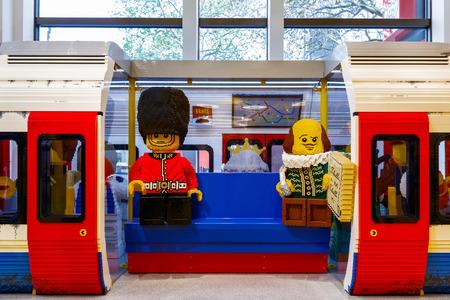 Londen, Verenigd Koninkrijk - 22 november 2016 - Ondergronds in Londen gebouwd met LEGO-stenen, te zien in 's werelds grootste LEGO-winkel