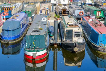 런던의 Limehouse Basin Marina에서 보트와 요트가 정박 해있다.