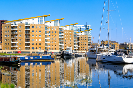 Waterside apartments at Limehosue Basin in London 에디토리얼