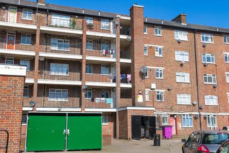Bloque de viviendas del consejo en East London Editorial