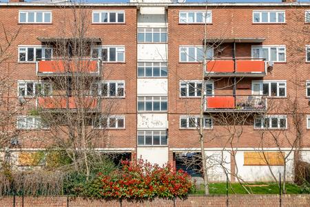 Vervallen raad flat woningblok in Oost-Londen