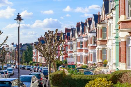 Rząd typowi anglicy tarasowatego domu w Zachodnim Hampstead, Londyn
