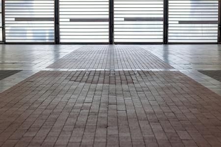 バックライト付きのタイル張りの床の鉄格子のコンセプト用ドア 写真素材