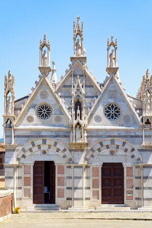 Santa Maria della Spina, a small church in the Italian city of Pisa, is located on the bank of river Arno Stockfoto