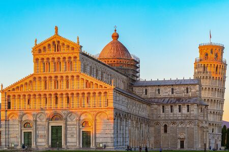 Golden sunlight hit on the top of the Leaning Tower and Pisa Cathedral in Italy at sunset Stockfoto