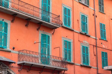 Exterior of traditional Italian buildings with green shutters in Pisa, Italy Stockfoto