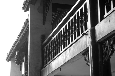 baranda para balcon: barandilla de una vieja casa de madera