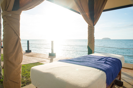 masajes relajacion: cama de masaje en la playa