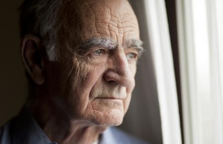 depresi�n: Retrato del hombre mayor perdido en pensamiento