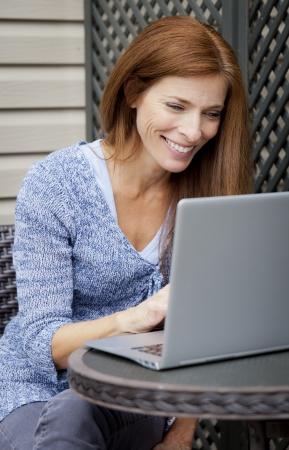 trabajando en casa: Mujer que trabaja en la computadora port�til en casa