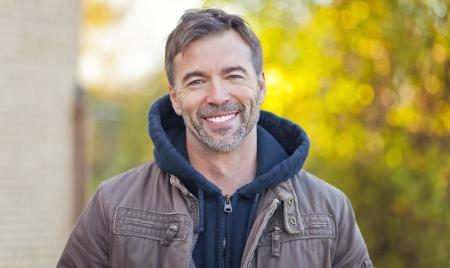 hombres maduros: Retrato de un hombre sonriente a la cámara